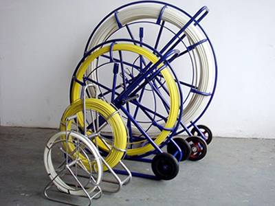 Four duct rodders with different sizes and colors, rod in white and yellow, two portable duct rodders and two wheeled ones.